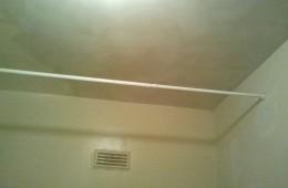 Rattrapage en plâtre sur plafond en briques