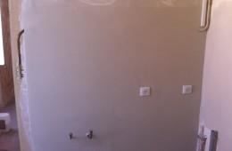 Chantiers de rattrapage en plâtre de murs suite au retrait de faïence