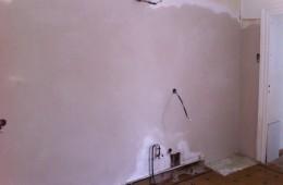 Réalisation d'un enduit en plâtre sur un mur en très mauvais état