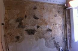 Réalisation d'un enduit en plâtre sur un mur pour conserver les corniches existantes…