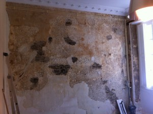 mur avec corniches et radiateur