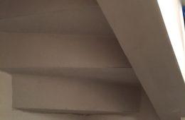 Réalisation des dessous de marche en plâtre d'un dessous d'escalier